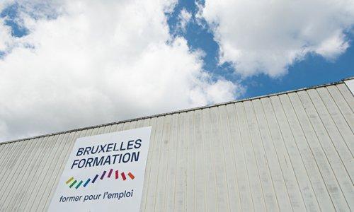 Le bâtiment de Bruxelles Formation Construction sous le ciel bleu